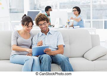 paar, digitale , creatief, collega's, gebruik, tablet, kantoor