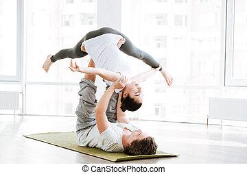 paar, doen, flexibiliteit, workout, in, yoga studio