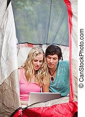 paar, doorwerken, draagbare computer, terwijl, kamperen