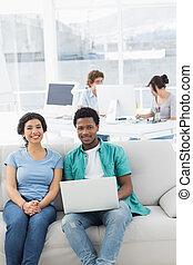 paar, draagbare computer, creatief, collega's, gebruik, kantoor