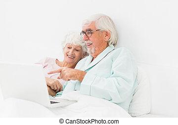 paar, draagbare computer, gebruik, bed, vrolijke