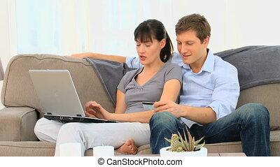 paar, draagbare computer, vrolijke