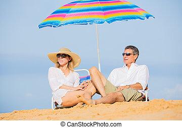 paar, entspannend, auf, tropischer strand