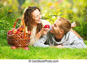 paar, entspannend, gras, und, essende, äpfel, in, herbst, kleingarten