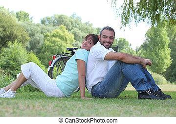 paar, entspannend, in, a, park