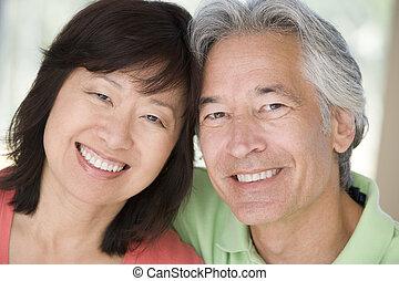 paar, entspannend, innen, und, lächeln