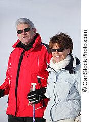 paar, feiertag, zusammen, ski fahrend