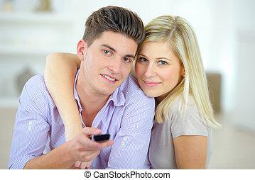 paar, fernsehen, zusammen, aufpassen