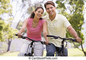 paar, fietsen, het glimlachen, buitenshuis
