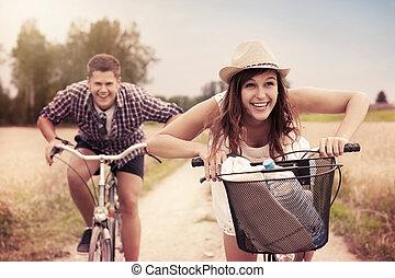 paar, fietsen, het snelen, vrolijke