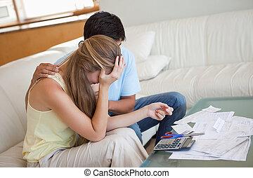 paar, financiële moeilijkheid, verdrietige