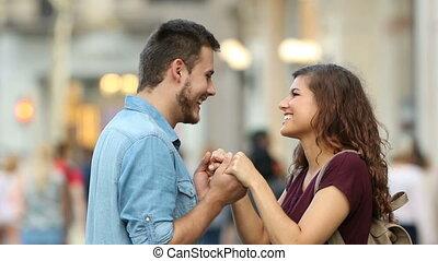 paar, flirten, in, de, straat