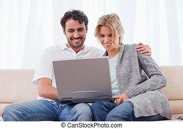paar, gebrauchend, a, laptop