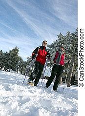 paar, gehen, ski fahrend
