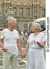 paar, gepensioneerd, buitenshuis