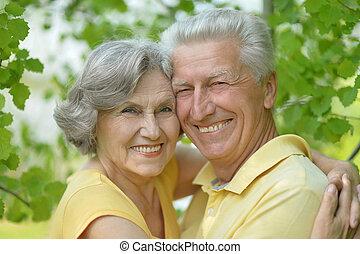 paar, gepensioneerd, het glimlachen, buitenshuis