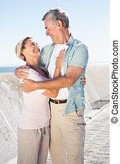 paar, glücklich, pier, älter, umarmen