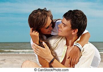 paar, glücklich, sandstrand, sitzen