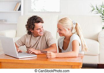 paar, glücklich, shoppen, internet