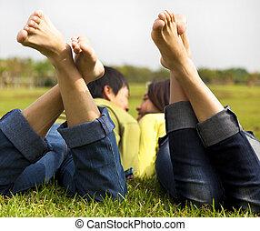 paar, gras, het liggen, vrolijke