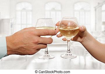 paar, halten, gläser champagner