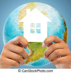 paar, handen, vasthouden, groen huis, op, aardebol