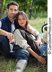 paar, hebben, fles van wijn, in, akker