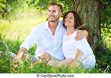 paar, hebben, vrolijke , jonge familie, buiten, picknick, park.