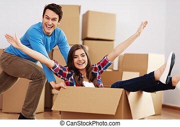 paar, hebbend plezier, in, nieuw huis