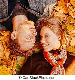 paar, herfst, vrolijke , bladeren, het liggen, hartelijk