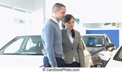 paar, het bespreken, over, een, auto