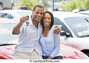 paar, het collecteren, nieuwe auto