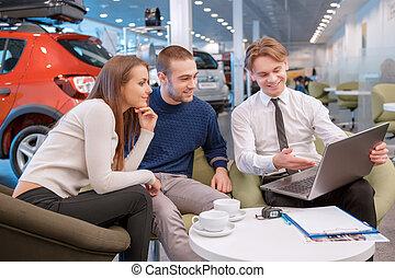 paar, het communiceren, met, de, verkoper, in, toonzaal