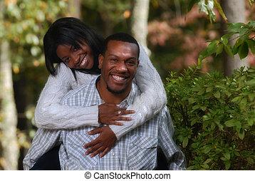 paar, het genieten van, eachother, afrikaans-amerikaan