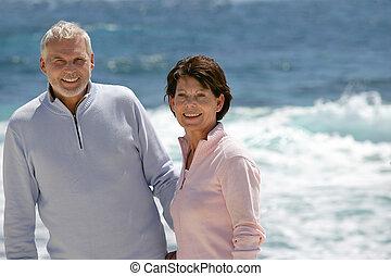 paar, het genieten van, strand wandeling, bejaarden