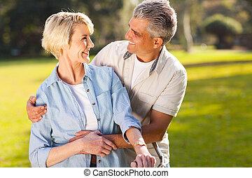 paar, het kijken, anderen, middelbare leeftijd , elke, hartelijk
