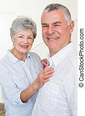 paar, het kijken, het glimlachen, fototoestel, gepensioneerd