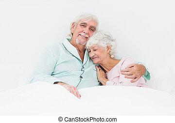 paar, het knuffelen, in bed