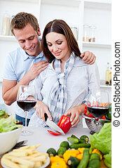 paar, het koken, intieme, terwijl, wijntje, keuken, drinkt