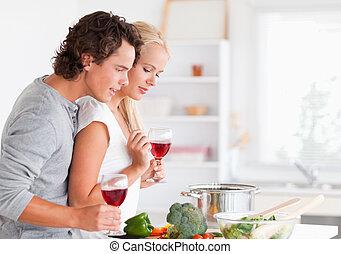 paar, het koken, terwijl, hebben, een, glas van de wijn