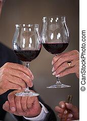 paar, het roosteren, middelbare leeftijd , wijntje