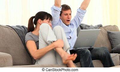 paar, het schouwen een video, op, de, draagbare computer