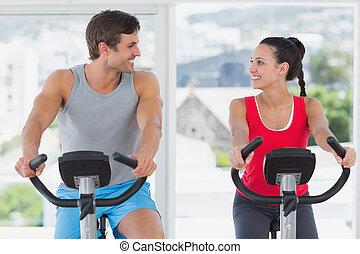 paar, het spinnen, uit, gym, werkende , helder, stand