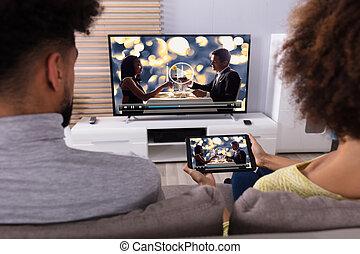 paar, het verbinden, televisie, door, wifi, op, digitaal tablet