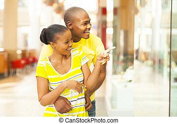 paar, het winkelen wandelgalerij, afrikaan