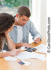 paar, huiselijk, hun, het berekenen, jonge, rekeningen