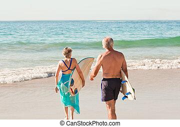 paar, hun, surfboard