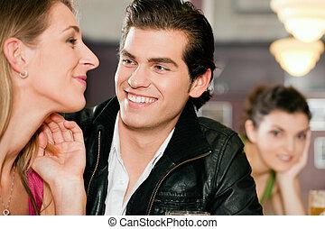 paar, in, bar, drinkt, bier, flirten