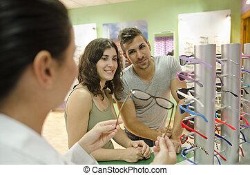 paar, in, brille, kaufmannsladen