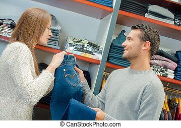 paar, in, de winkel van kleren, kijken naar, jeans
